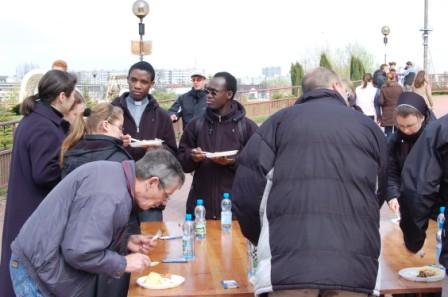 Obiad na placu przed kościołem