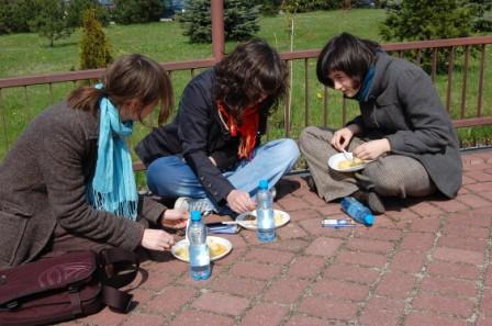 Monika, Gosia i Emilia podczas obiadu na placu przed kościołem