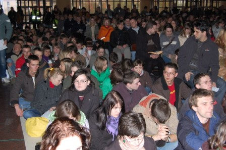 Młodzież zgromadzona na czuwaniu